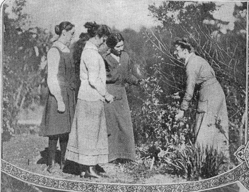 Olive Mellor instructing students c1916